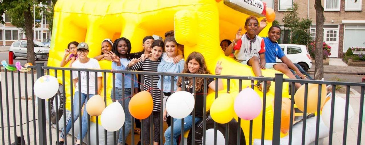 kinderen op een springkussen