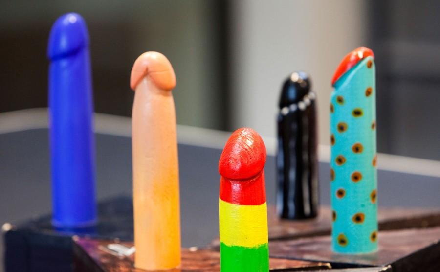 Een vijftal kleurige dildo's