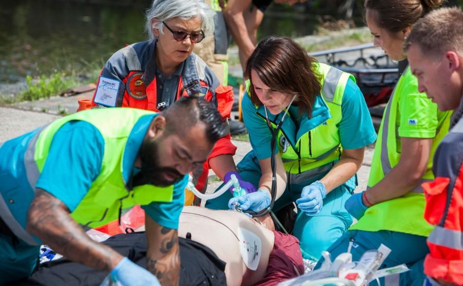 hulpverleners die een slachtoffer (pop) reanimeren